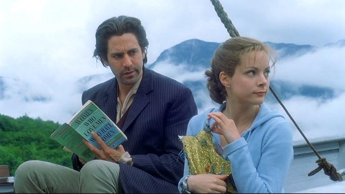 Кадр из телефильма «Десятое королевство». Волк читает книгу по психологии и начинает что-то понимать об отношениях Вирджинии и волшебных туфель.