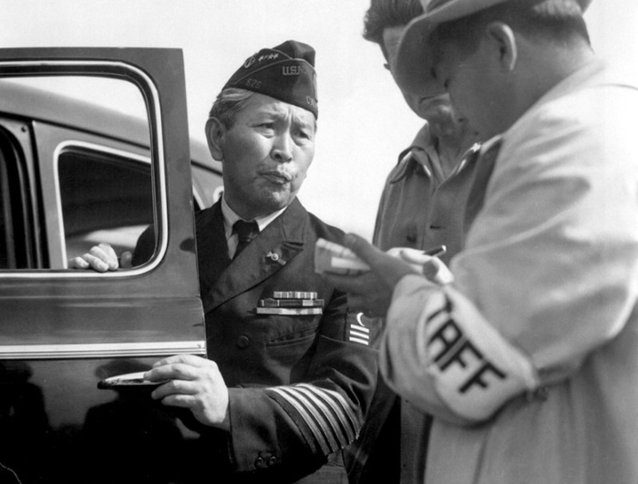 Японец-ветеран армии США, пересечённой в лагерь для японцев.
