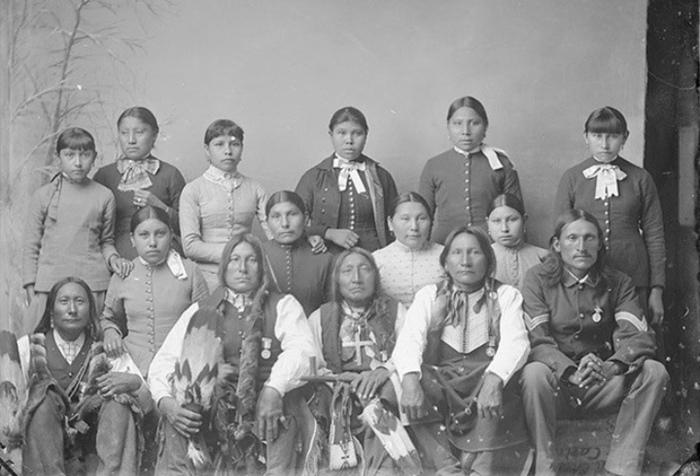 В школах для индейцев с девятнадцатого века, когда важнее считалось научить не сидеть на земле и молиться Христу, чем решать уравнения, мало что изменилось к двадцатому веку.