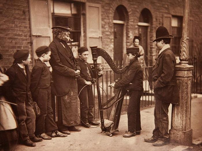 Этот смуглый бродячий арфист вряд ли относится к филидам, но его инструмент долгое время был вне закона в Британии именно из-за ирландских сказителей.