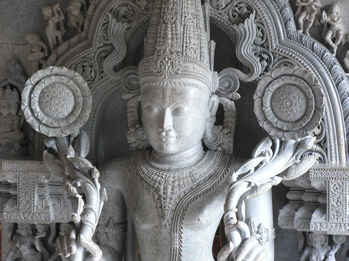 Статуя, изображающая бога Сурью.