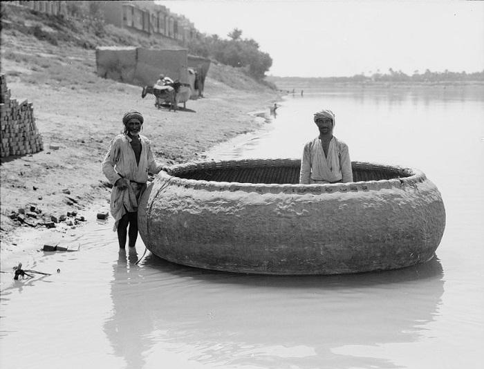 Многие детали быта Древнего Вавилона сохранялись в Ираке тысячелетиями. Например, плетёные круглые лодки использовались и в двадцатом веке.