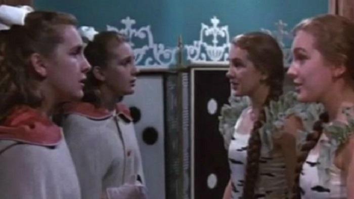 В сказке Изабелла хочет выйти замуж за простого парня и потому убегает, в фильме ей хотелось просто покататься на коньках.