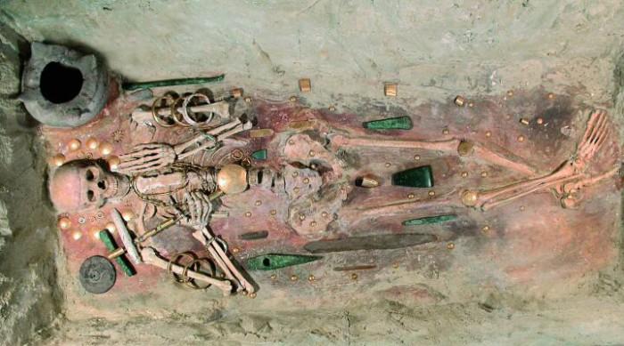 В захоронения Бронзового века стали класть очень много вещей.