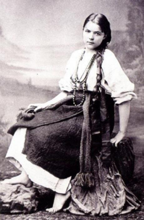 Став взрослой, Мария приезжала в гости к отцу на Полтаву. Портрет художницы в костюме полтавской крестьянки.