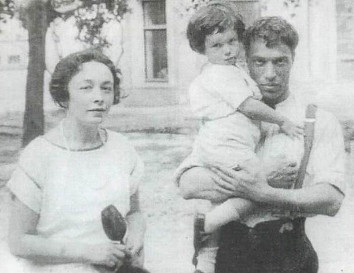 Борис Пастернак с Евгенией Лурье и сыном Женей.