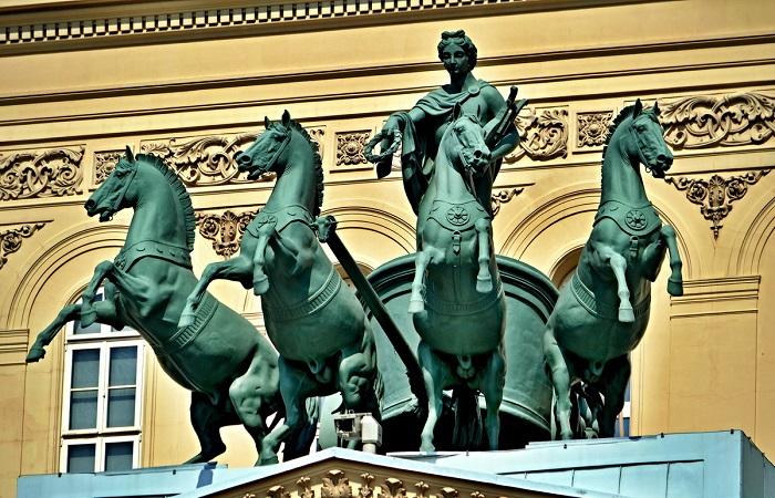 Статуя Аполлона до цензуры фиговым листочком.