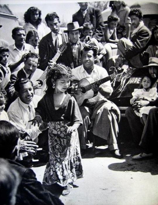 Цыганская девочка танцует фламенко. Фотография кочевого цыгана-проповедника Матео Максимова.