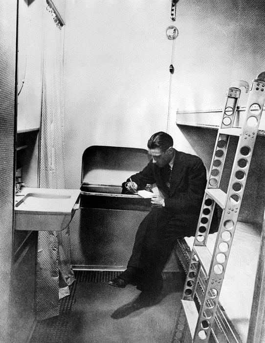 Пассажир в каюте. За шторкой - маленькая гардеробная, где можно было переодеться и оставить вещи. 1937 г.