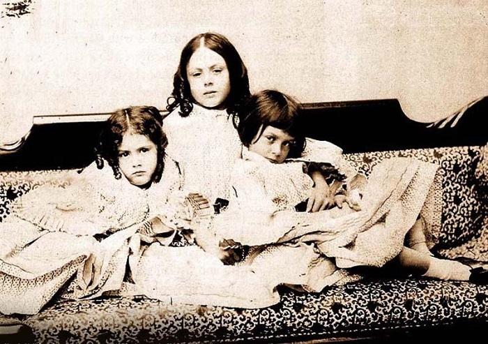 Троица Лидделл, фотография Льюиса Кэрролла.