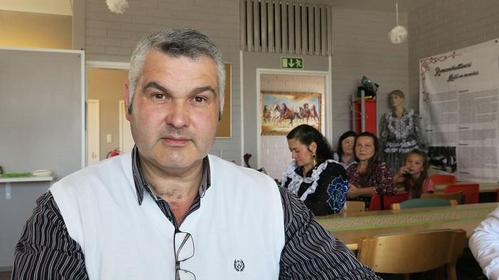 Аллан Больстрём, владелец цыганского кафе. На заднем плане видно цыганку в народном костюме.