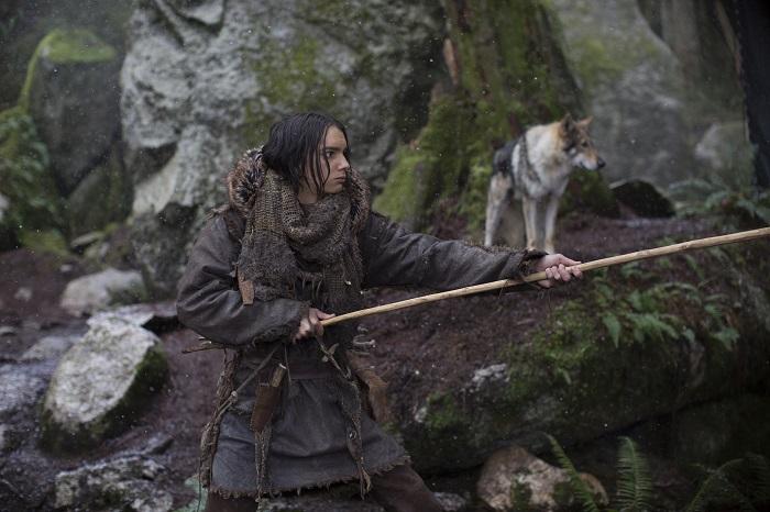 Главный герой фильма уже не блондин, как в других фильмах о каменном веке, но всё ещё выглядит как очень современный человек.