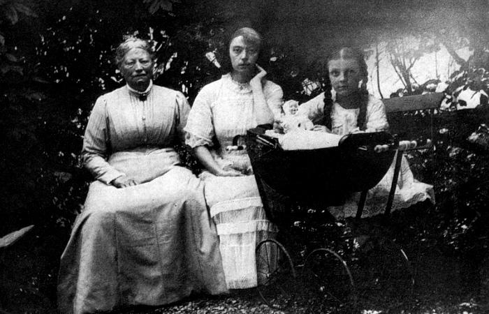 Аста с мамой и шестилетней дочкой