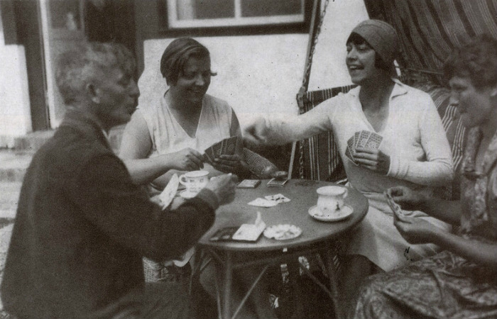 Аста Нильсен со взрослой дочерью и соседями по курорту