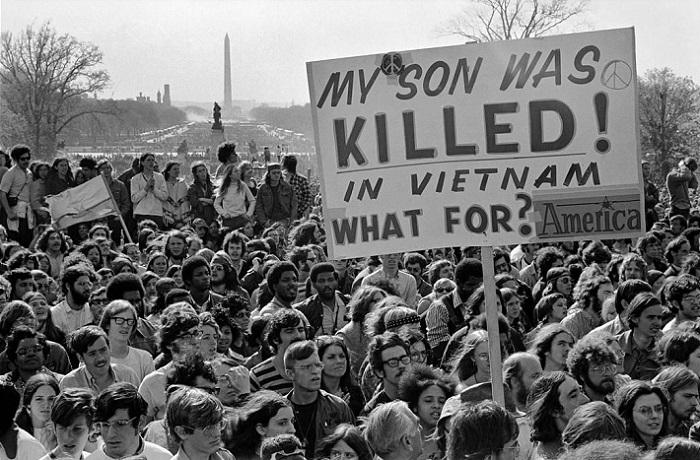 Протесты против войны во Вьетнаме американским правительством и населением воспринимались как антипатриотичные, участников подозревали в том, что они куплены коммунистами.