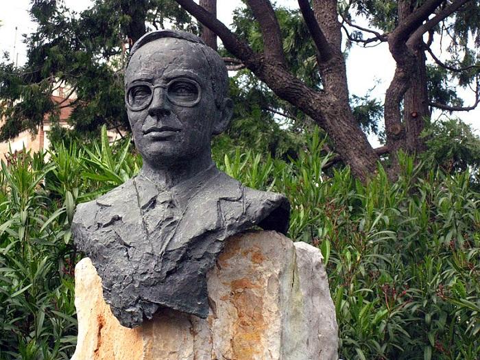 Памятник писателю.