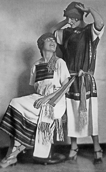 Лиля Брик с сестрой в нарядах от Ламановой и Мухиной.