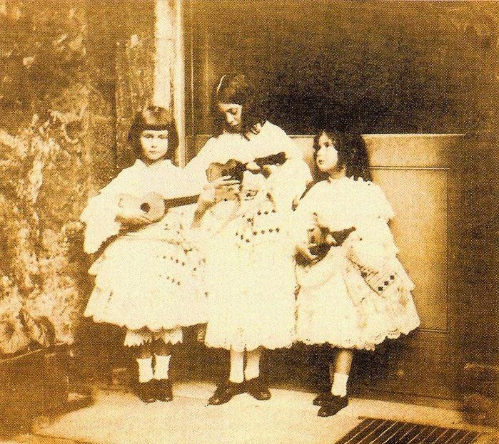 Троица Лидделл, шестилетняя Алиса слева. Фотография Льюиса Кэрролла.
