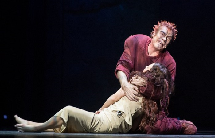 Мюзикл «Нотр-Дам» и тысячи мигрантов в Европе: что потерялось при переводе на русский язык.