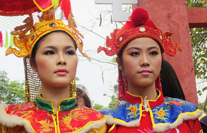Почти на любом крупном празднике во Вьетнаме можно увидеть девушек, изображающих сестёр Чынг, национальных героинь страны