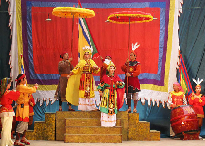 Сцена из спектакля про сестёр Чынг