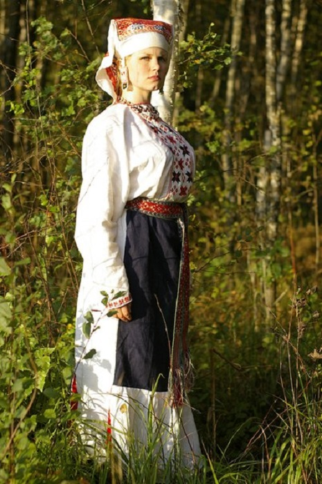 Девушка в народном водском костюме.