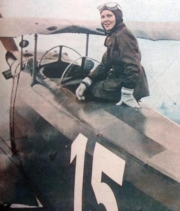 Первая лётчица Турции Сабиха Гёкчен.