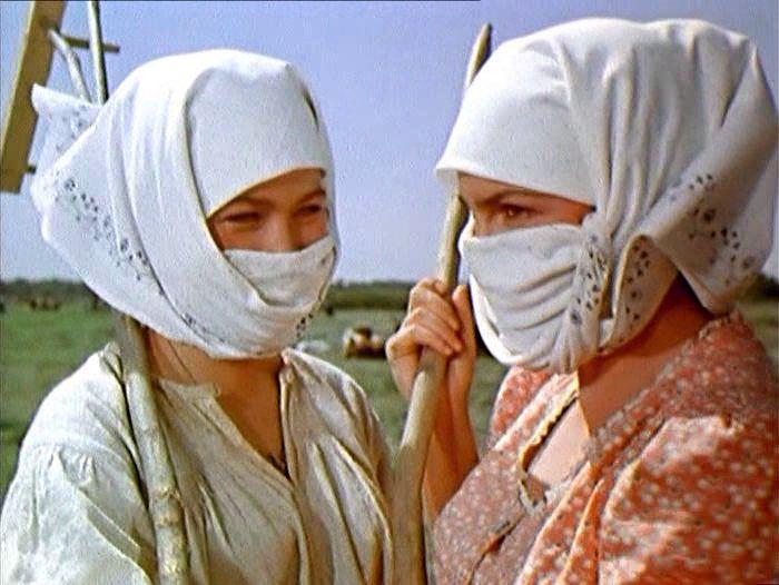 Кадр из фильм *Тихий Дон* показывает казачек в зануздалках - платках, защищающих кожу лица от фотостарения.