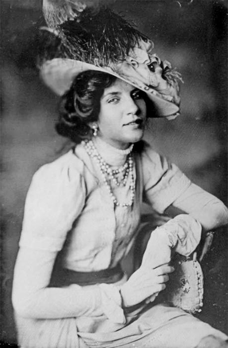 Полагают, что Тарновская владела гипнозом. Но на руку ей были и настроения эпохи Декаданса.