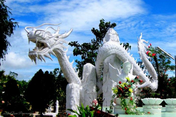 Памятник божественному дракону и его жене во Вьетнаме