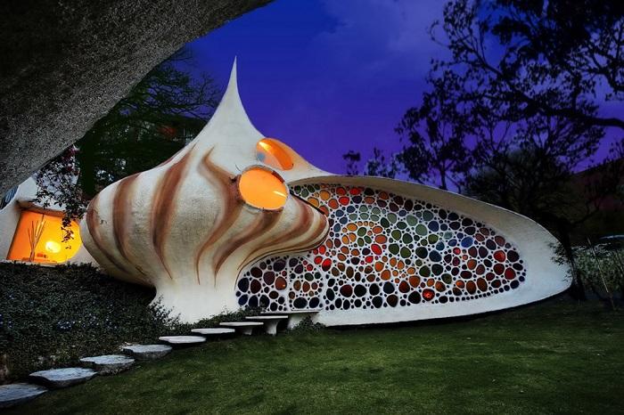Снаружи дом похож на раковину моллюска.