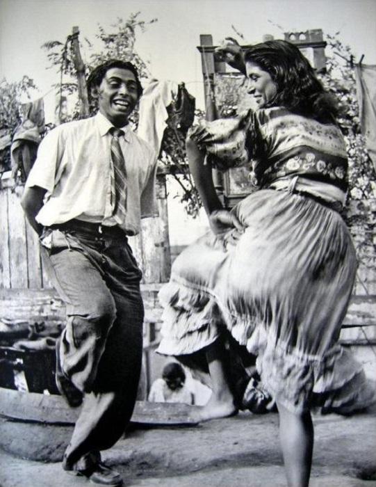 Танцующая цыганская пара. Фотография Матео Максимова.