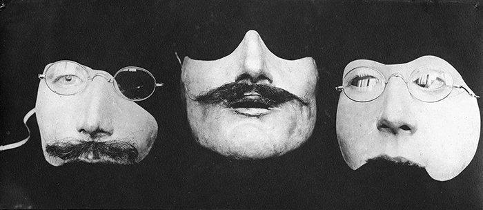 Выглядит как осколки карнавальных масок, но это полноценные протезы лиц.