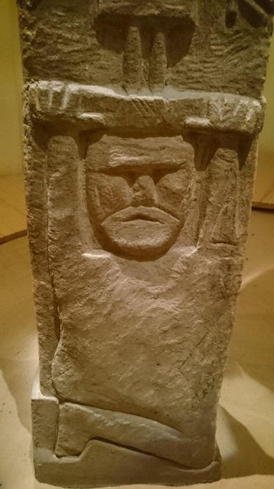 Одна из фигур в нижней части идола.