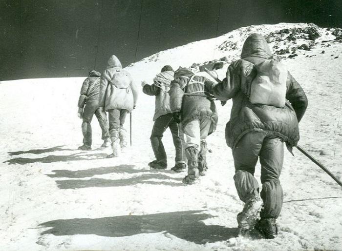 В горах очень важно слушаться инструктора.