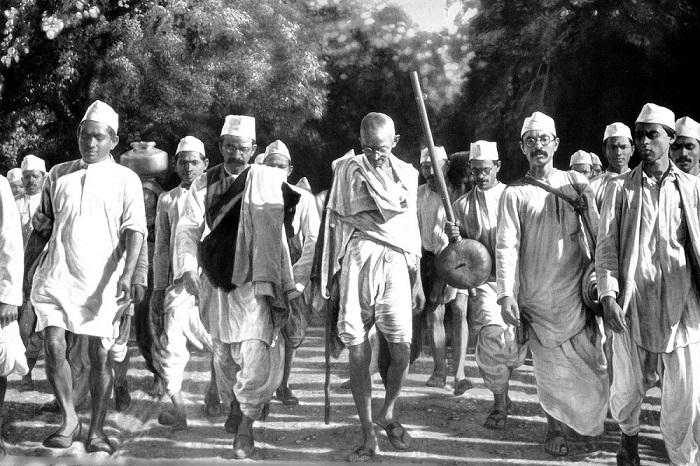 Мирная акция Ганди против налогов на добычу соли.