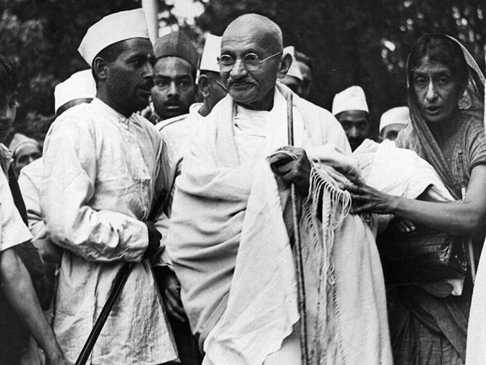 Ганди в окружении единомышленников.