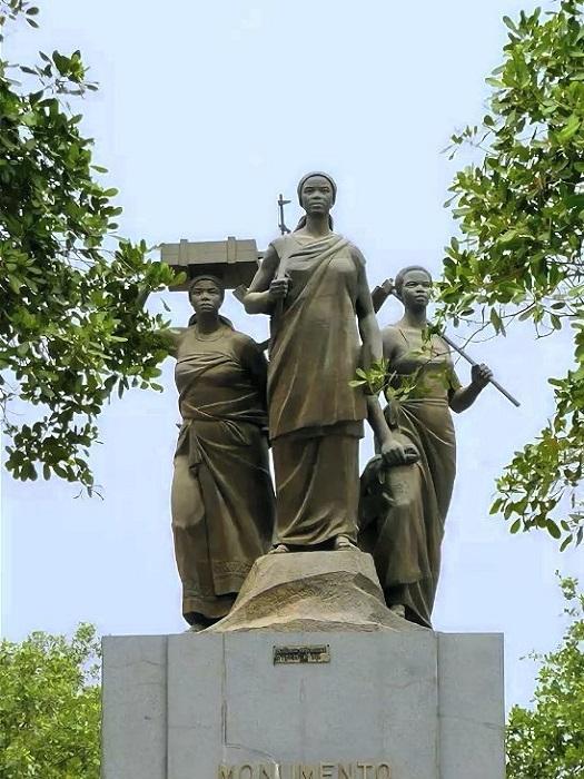Женщины играли важную роль всю историю Анголы. Памятник в Луанде.