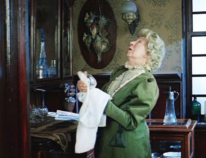 Миссис Хадсон достаточно кротко сносит не самых удобных постояльцев. Возможно, тому есть финансовая причина.