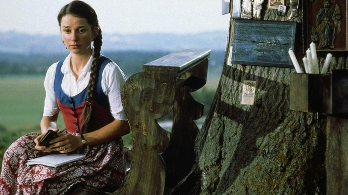 Анна Росмус не собиралась никого разоблачать. Она хотела узнать побольше о прошлом города. Кадр из фильма «Гадкая девчонка».