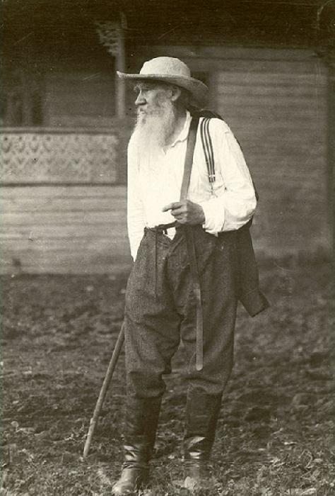 Лев Толстой одевался сообразно своему положению в сословном обществе.