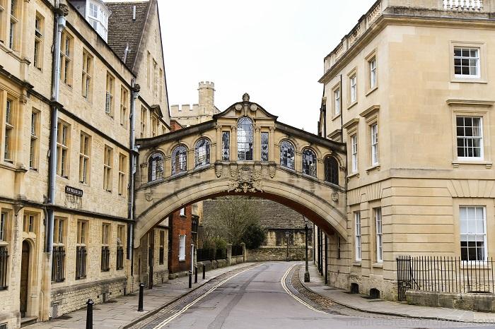Оксфорд очень консервативен, спиртное и оружие в аудиториях запретили недавно.
