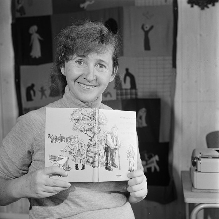 Анне-Катарина с одной из своих книг в руках.