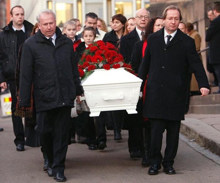 Ю и Хакон несут гроб матери.