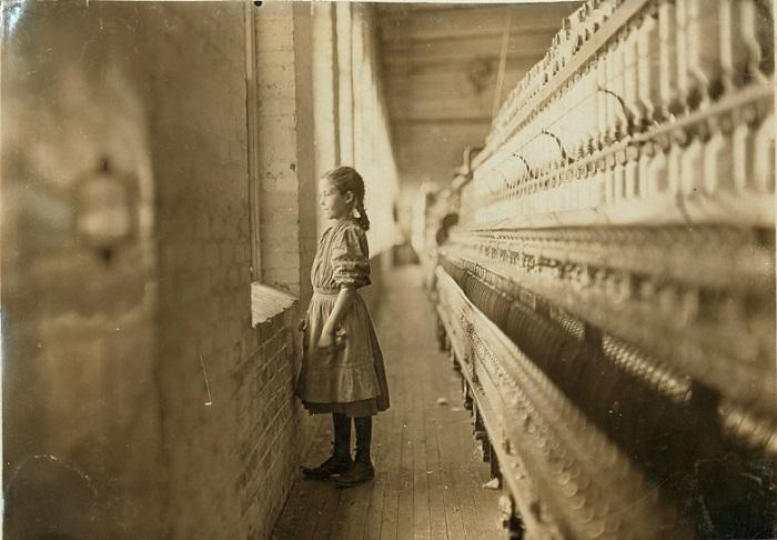 Начав работать на фабрике, ребёнок больше не мог гулять, играть или учиться, ему было некогда. В выходной помогали матери с большой стиркой. Фото Льюиса Хайна.
