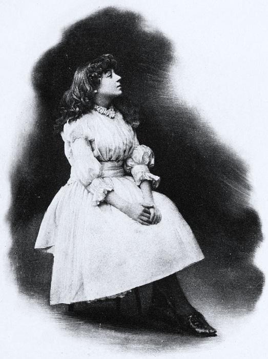 Кэрролл постоянно вращался среди актрис и спонсировал их.