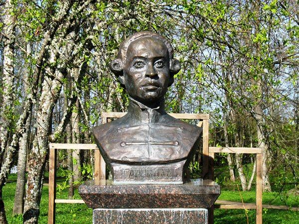 Памятник основателю Херсона Ивану Ганнибалу.