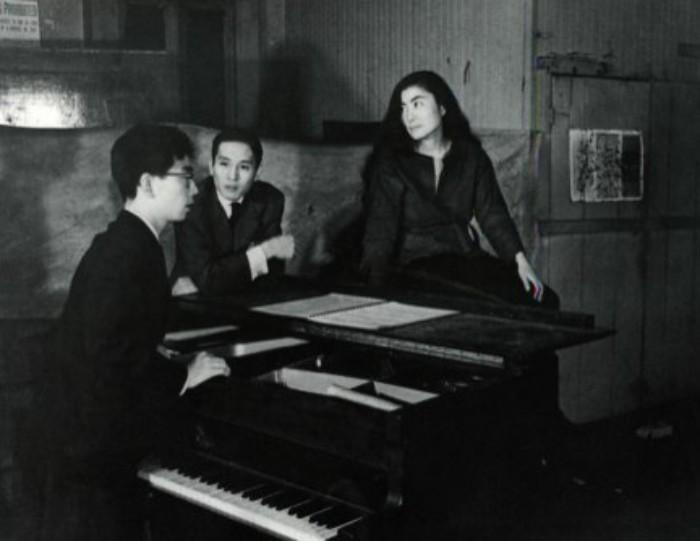 Йоко и её первый муж (слева)