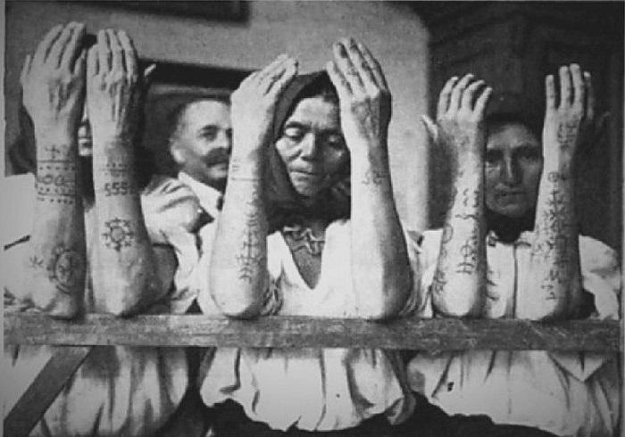 Старое фото женщин с татуировками.