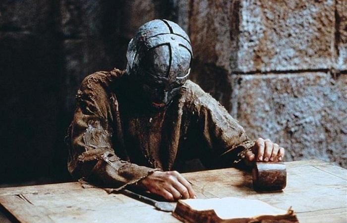 Царственные узники: Тюрьма и казнь, настигавшие принцев и принцесс до всяких революций. Кадр из фильма *Человек в железной маске*.